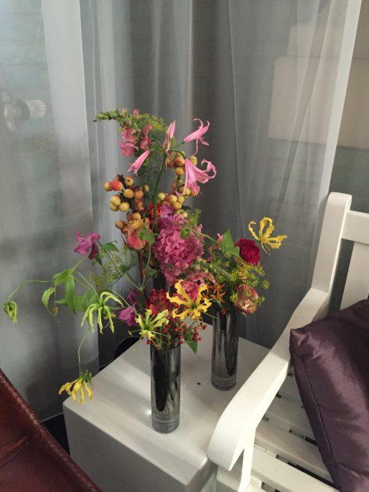 fleurige decoratie in losse vaasjes