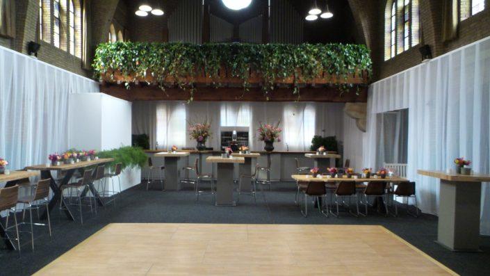 groene hangplanten meubilair boomstam natuurlijke decoratie