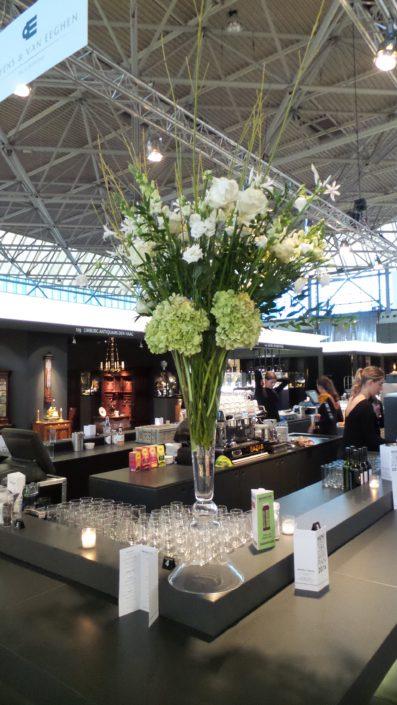 Bar decoratie met witte bloemen