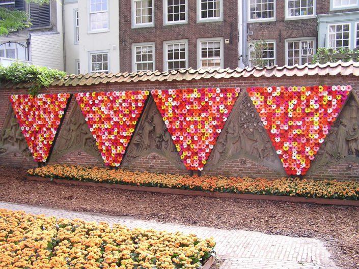Muur bekleed met bloemen
