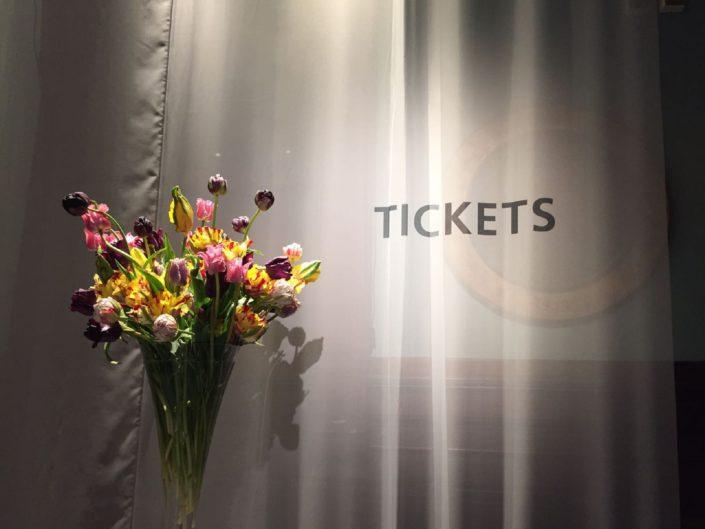 gekleurde franse tulpen met sneuwwbal in flutevaas TEFAF NY Spring