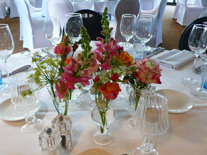 tafeldecoratie roze tinten zomerbloemen fragiele vaasjes