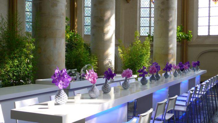 verlichte tafel met orchideën en bamboe