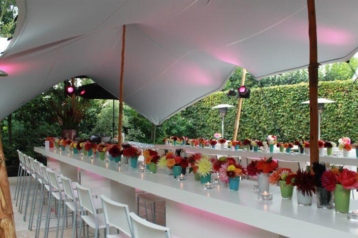 verlichte tafel met tafeldecoratie bloemenlint
