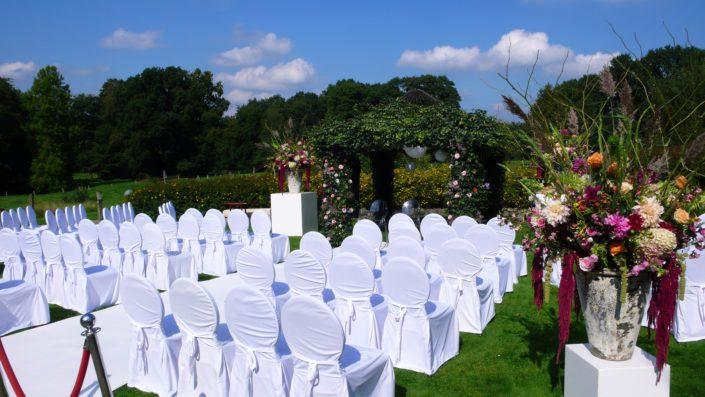 witte stoelen met hoezen buiten trouwen