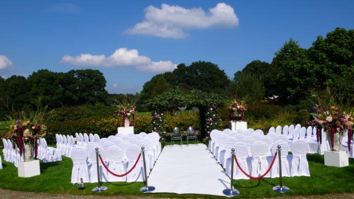 witte stoelen met hoezen buiten trouwen witte loper