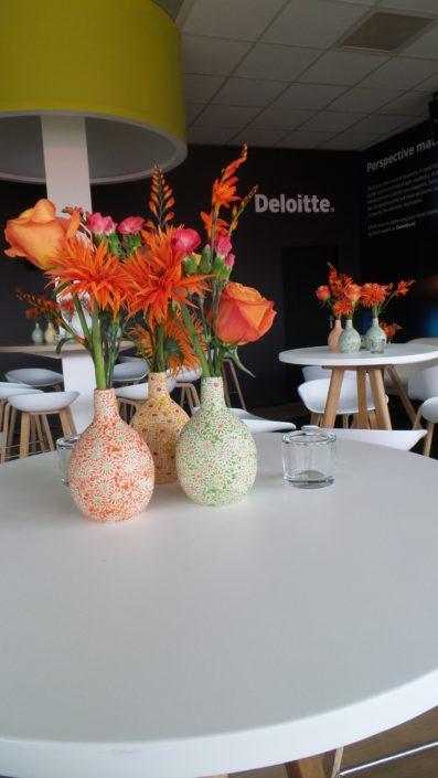 Kleurrijke bloemen op vaas