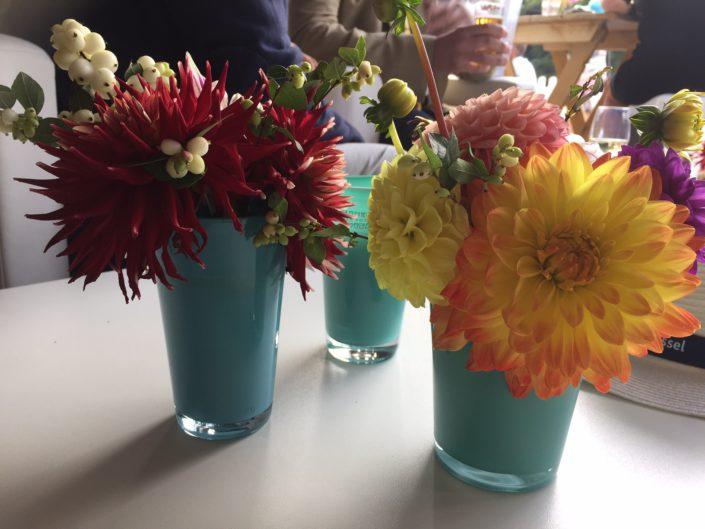 Kleurige vaasjes op de tafel
