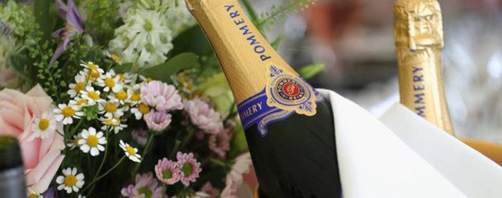 Fles champagne met bloemen