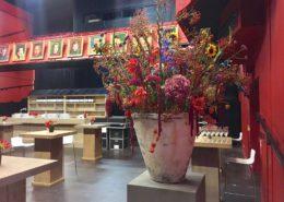 Aardewerk pot met warme kleuren arrangement