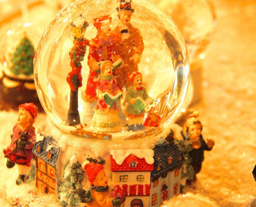 Kersttafereel in een sneeuwbal