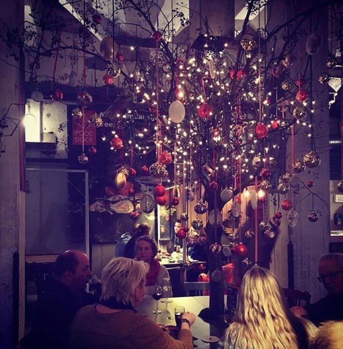 boomtafel met kerstdecoratiemet gekleurde kerstballen