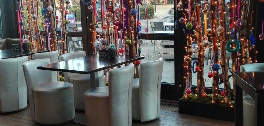 kerstdecoratie met verschillende gekleurde kerstballen
