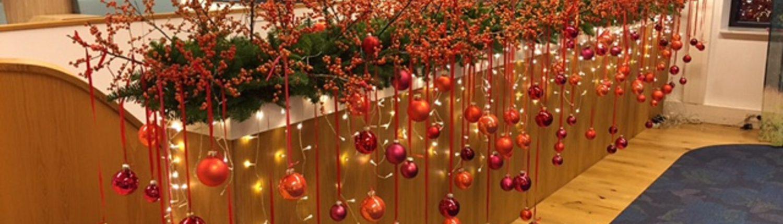 kerstdecoratie oranje afhangende kerstballen