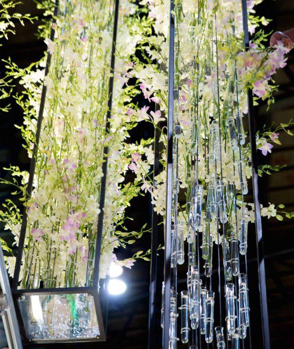 Foto TEFAF NY Fall 2017 IJzeren houders met bloemen in reageerbuisjes