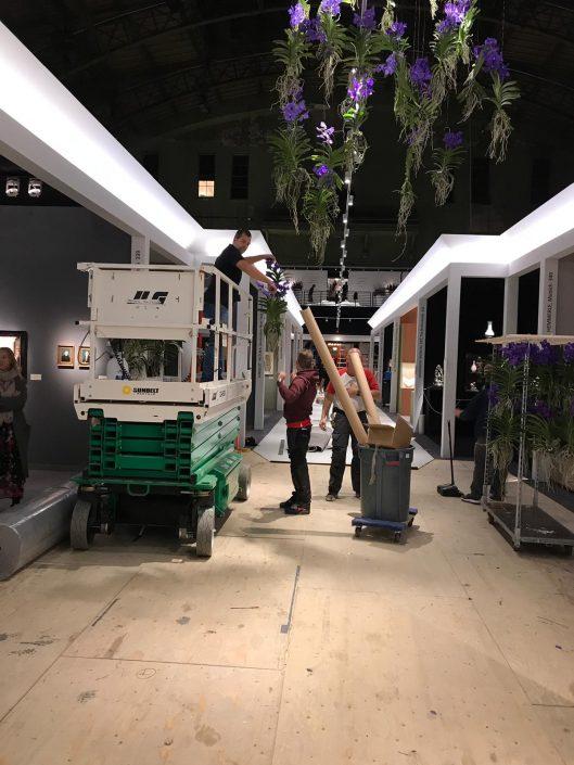 Aan het werk met bloemdecoraties tijdens TEFAF NY
