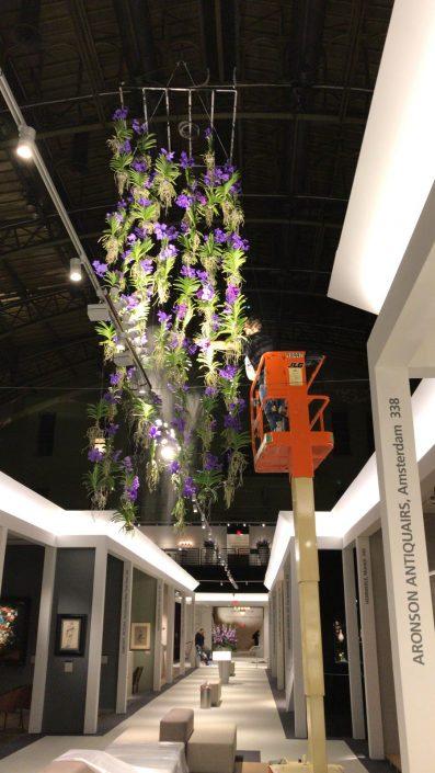 Bloemdecoratie van hangende Vanda's tijdens TEFAF NY
