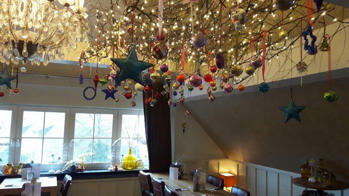 Hangende kerstdecoratie met binte kleuren bij restaurant Loetje