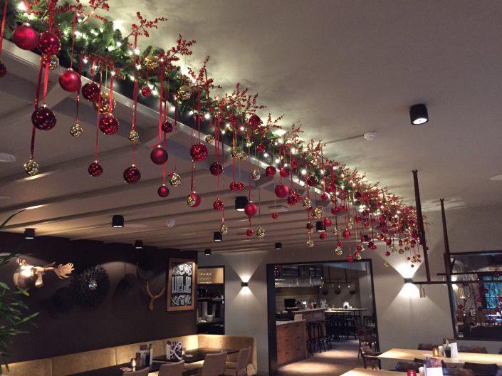 Guirlande met afhangende ballen bij restaurant Loetje