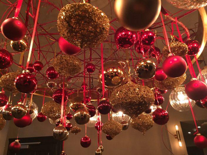 kerstdecoratie met afhangende ballen bij Loetje