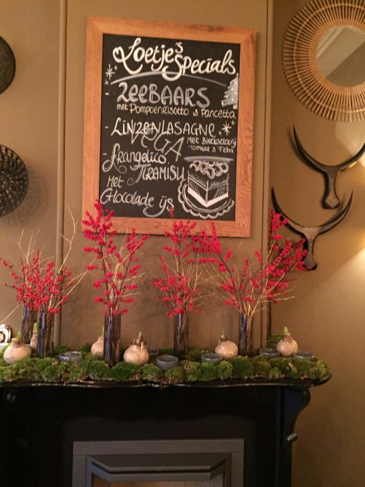 Kerstdecoratie met ILEXtakken bij restaurant Loetje