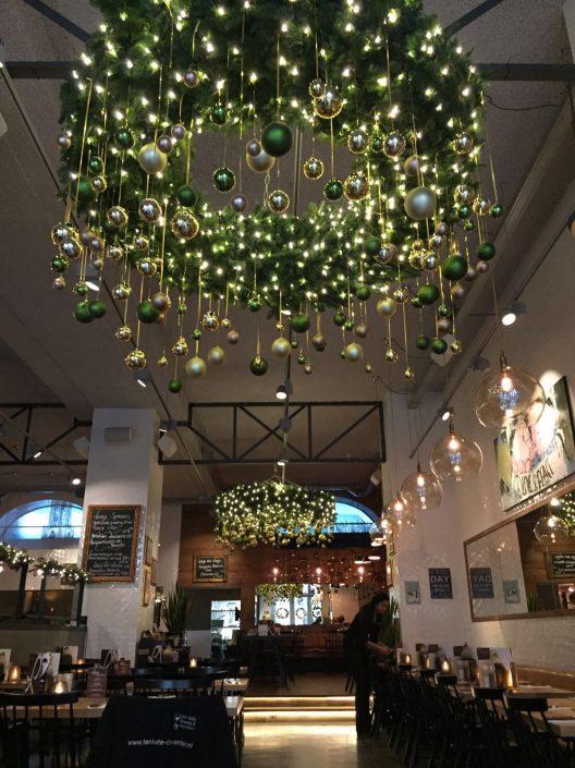 kerstkrans met groene afhangende kerstballen bij restaurant Loetje