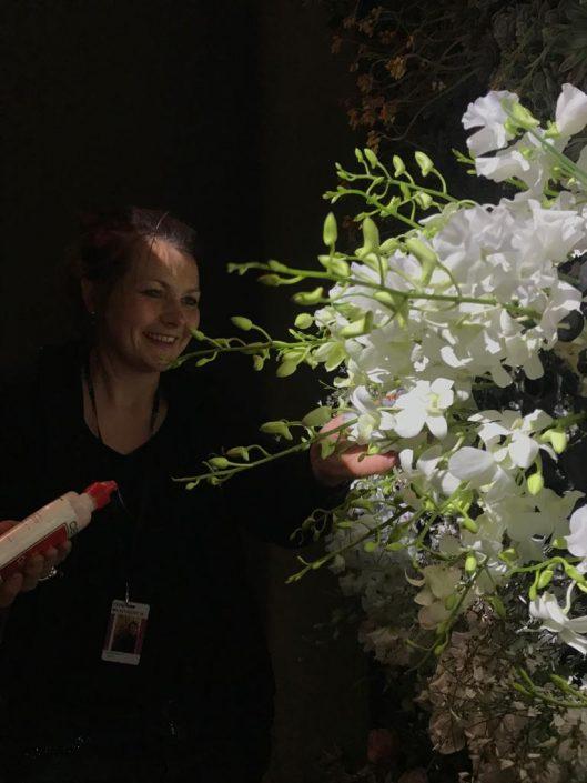 Aanhet werk bij een bloemdecoratie tijdens TEFAF