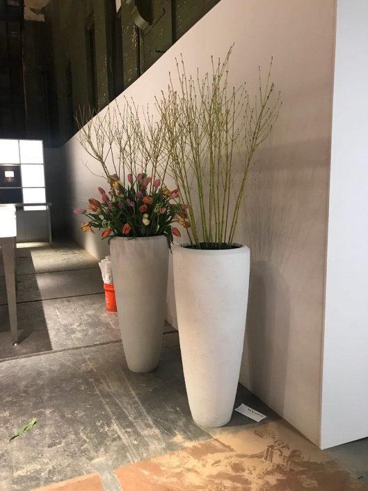 bloemdecoratie in hoge witte pot