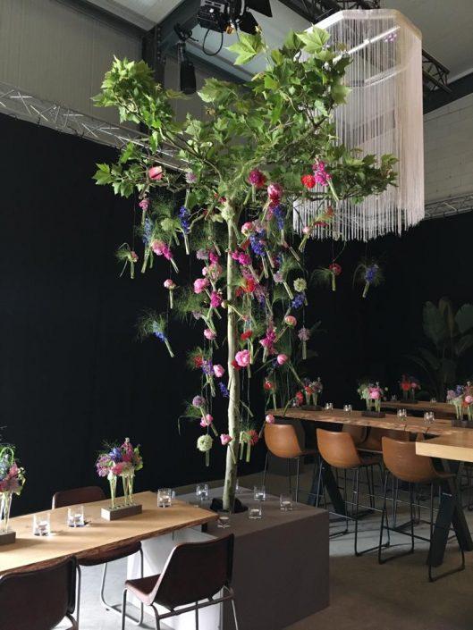 dakplataan met afhangende bloemen