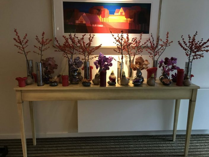 bloemdecoratie in winterse sfeer op sidetable