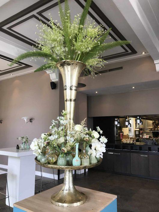 etagere met bloemdecoratie tijdens de haringparty