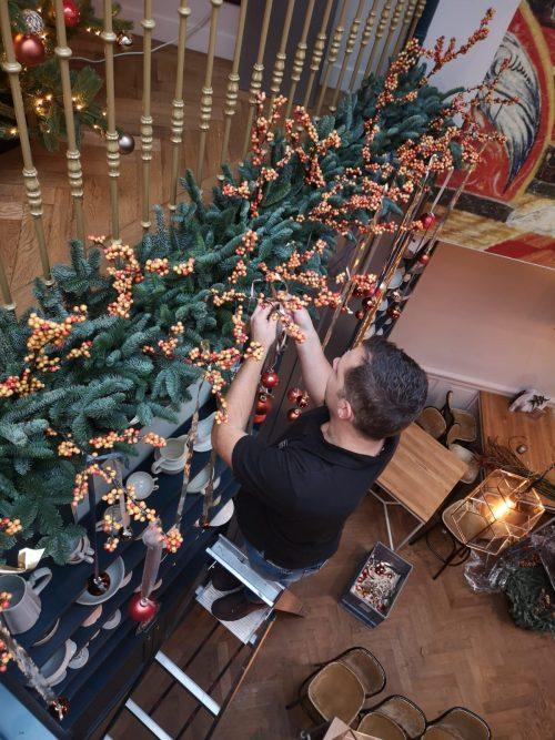 Martijn bezig kerstdecoratie